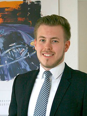 Lächelnder Mann mit gestreifter Krawatte