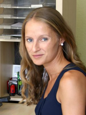Frau mit lockigem Haar